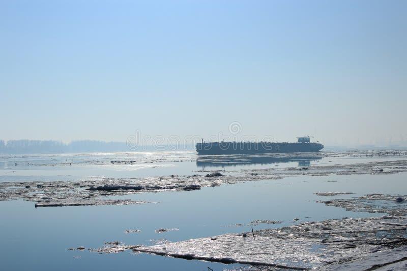 漂浮在多瑙河的小船 库存图片