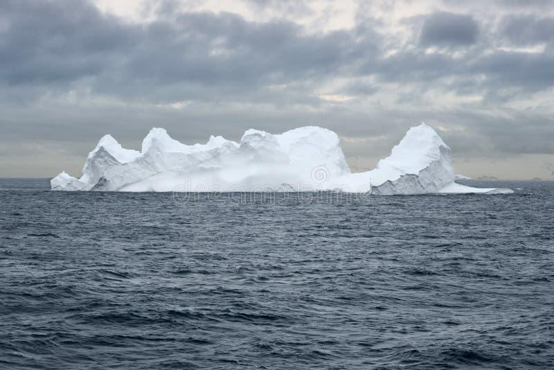 漂浮在布兰斯菲尔德海峡的大冰山在北钛附近 图库摄影