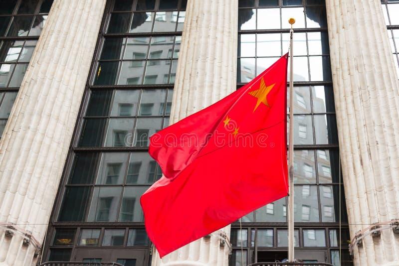 漂浮在政府大厦前面的中国旗子 库存图片