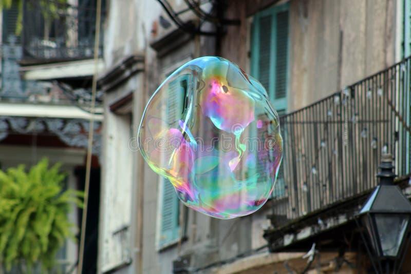 漂浮在新奥尔良法国街区的肥皂泡 库存图片