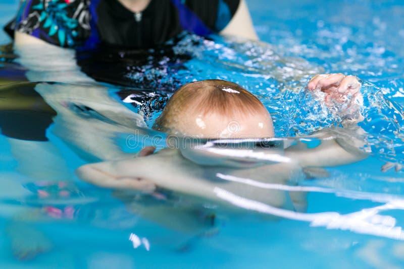 漂浮在水下的孩子的概述 库存图片