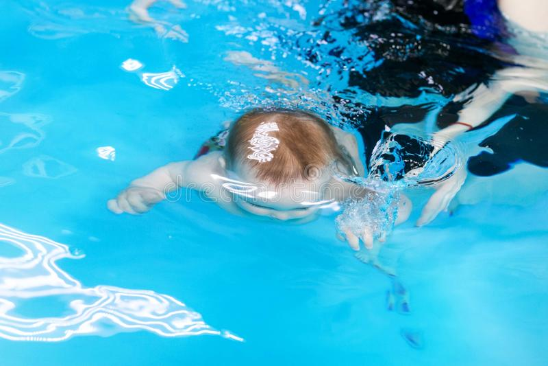 漂浮在水下的孩子的概述 免版税库存照片