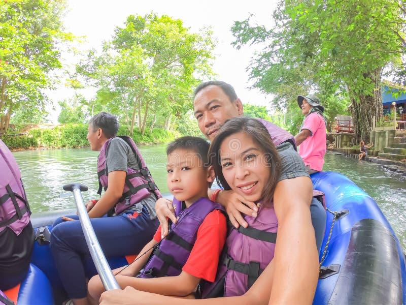 漂浮在水在河Kaeng Krachan水坝的流程可膨胀的小船的游人在Phetchaburi在泰国 6? 免版税库存图片