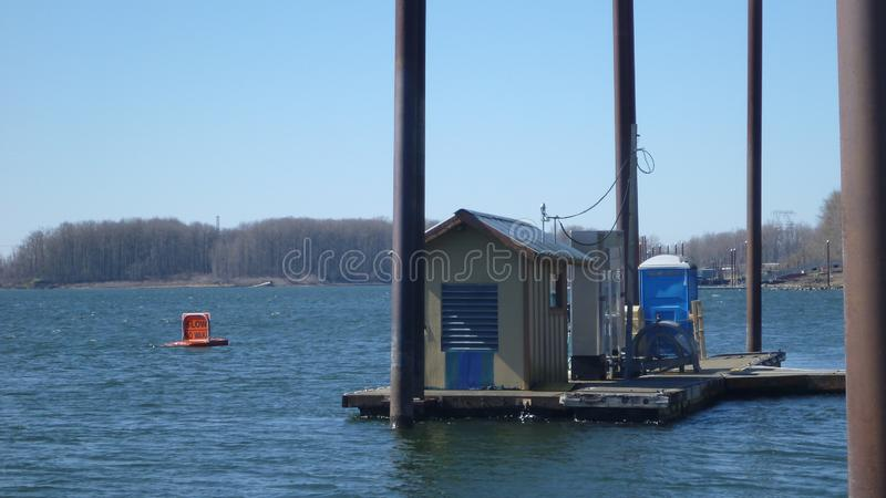 漂浮在水船坞的小船加油的加油站 免版税库存图片