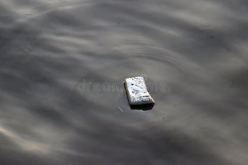 漂浮在污水的泡沫垃圾 免版税图库摄影