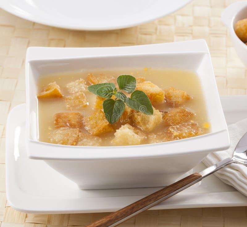 漂浮在汤的油煎方型小面包片 免版税库存图片