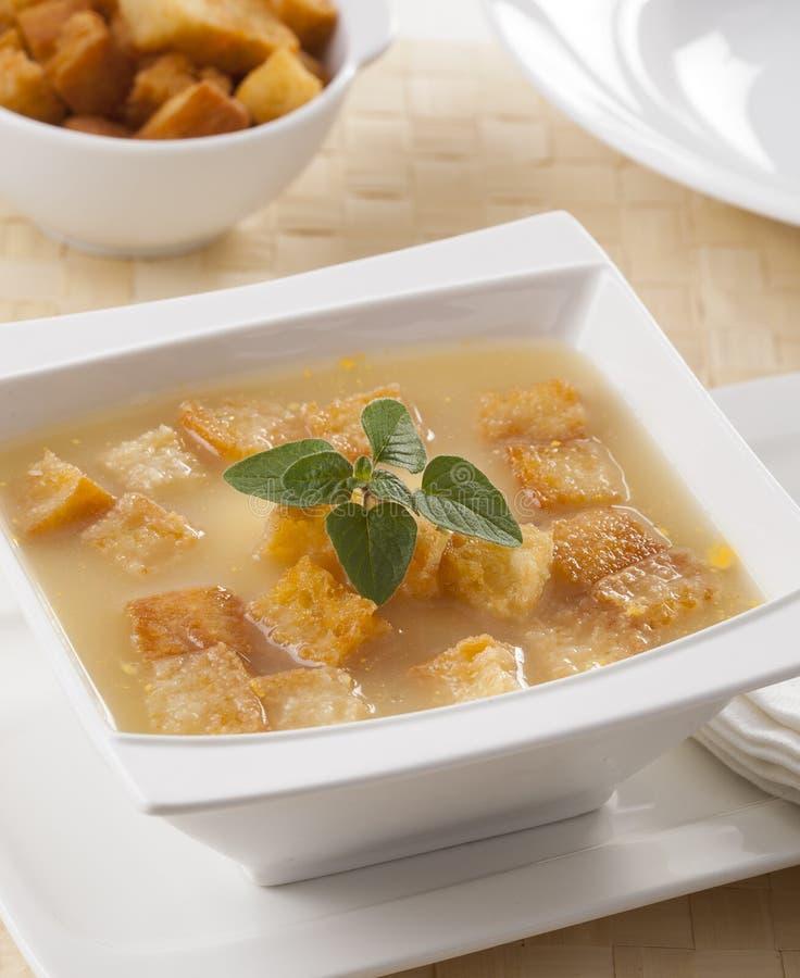 漂浮在汤的油煎方型小面包片 免版税图库摄影