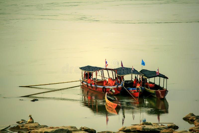 漂浮在河岸的三条木小船 库存照片