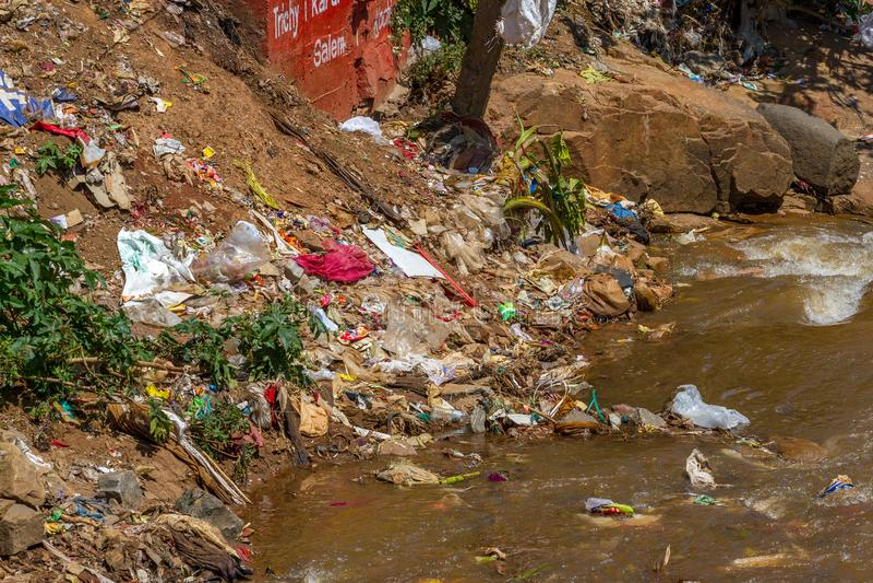 漂浮在河的塑料垃圾 印度, Nilgiri,乔奥诺奥尔镇 库存照片