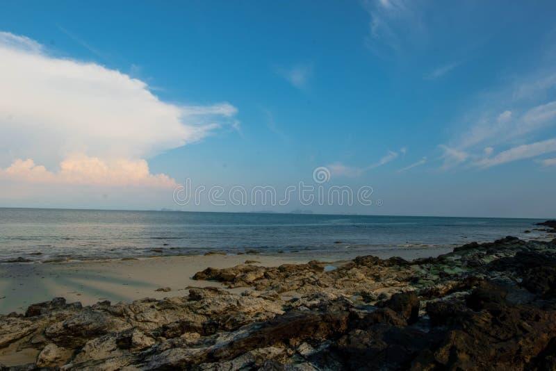 漂浮在海洋的乱层云云彩 免版税库存图片