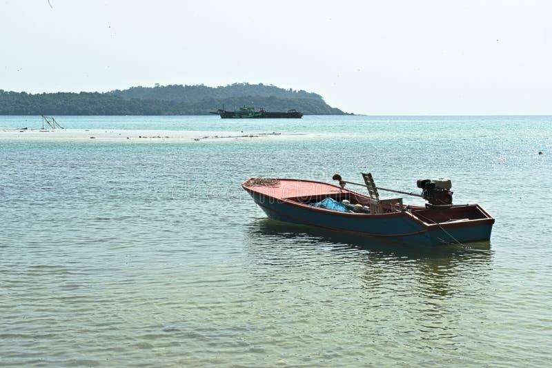 漂浮在海洋的渔夫小船 库存图片