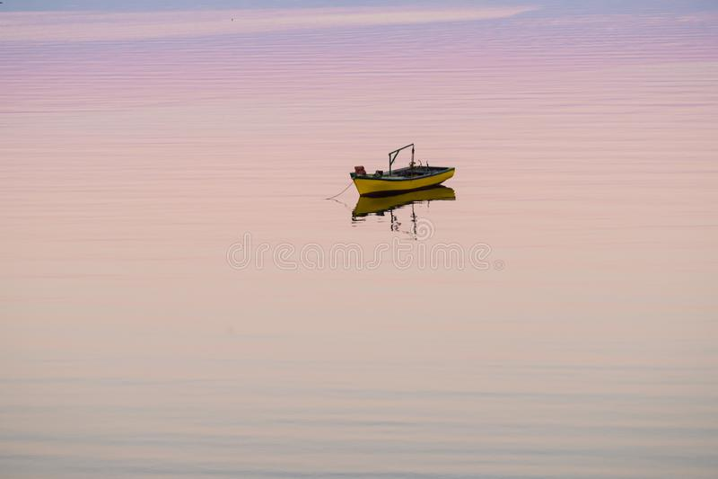 漂浮在海的一点小船 库存照片