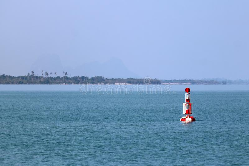 漂浮在海的红色浮体航海或侧向标记 免版税图库摄影