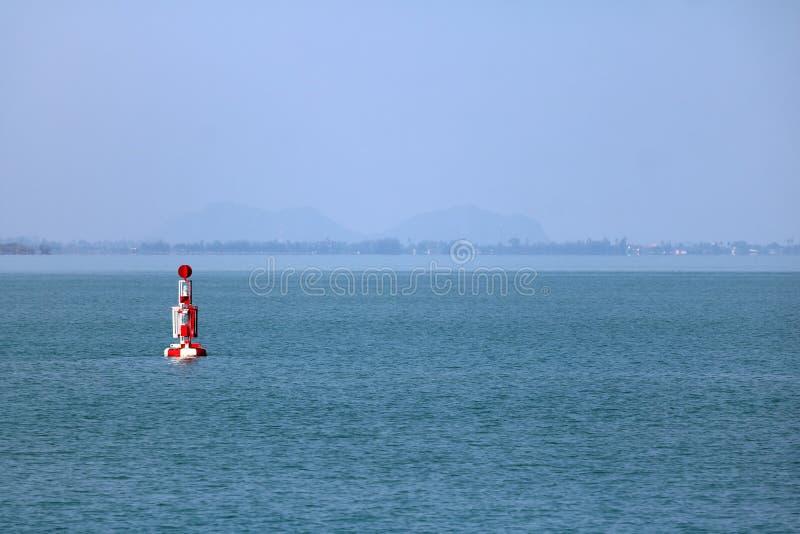 漂浮在海的红色浮体航海或侧向标记 免版税库存照片