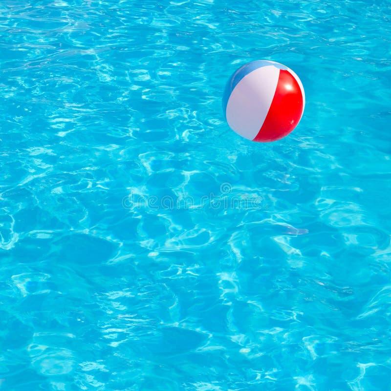 漂浮在游泳池的可膨胀的五颜六色的球 库存照片