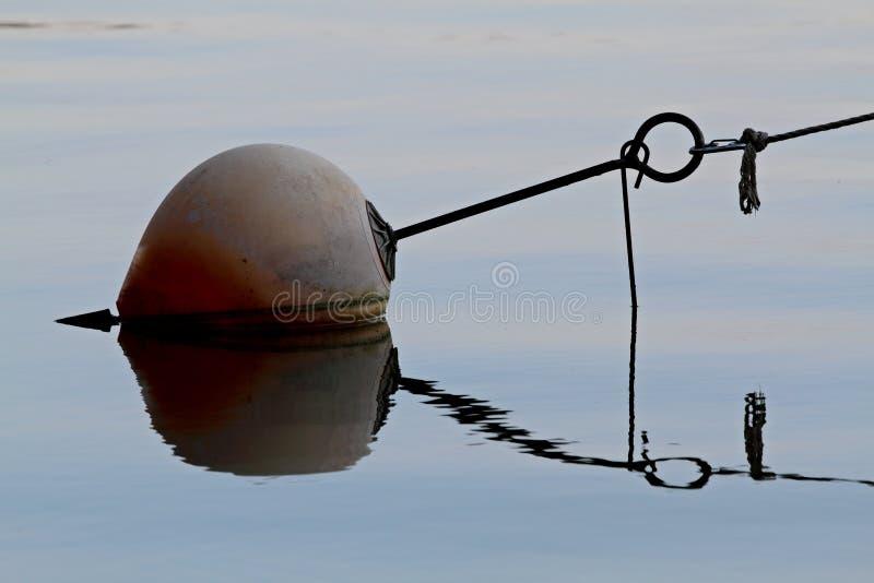 漂浮在湖的一个老浮体 库存照片