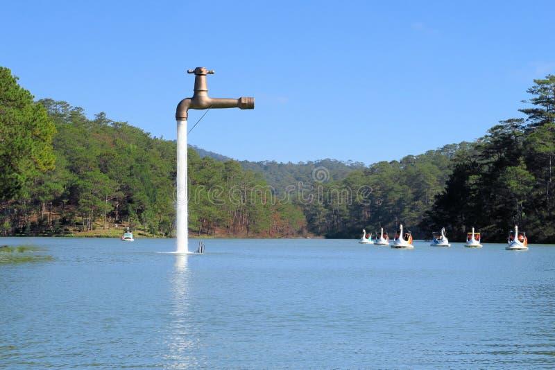 漂浮在湖的自由常设龙头 免版税库存照片