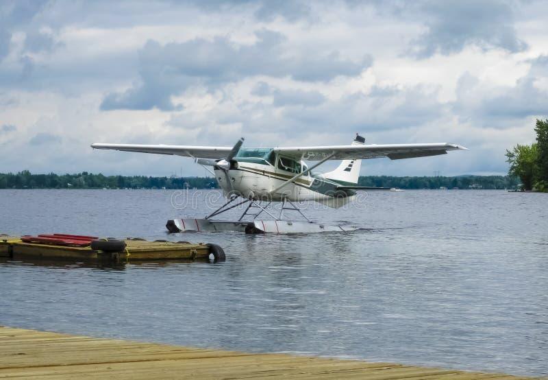 漂浮在湖,加拿大的平面着陆 免版税图库摄影