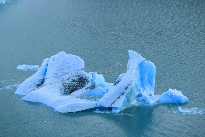 漂浮在湖Argentino,佩里托莫雷诺冰川, Los Glaciares国家公园,埃尔卡拉法特,巴塔哥尼亚,阿根廷的冰山 免版税库存照片