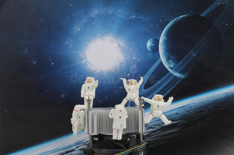 Download 漂浮在空间的黑背景中的宇航员 库存例证. 插画 包括有 人员, 工程, 晚上, 旅途, 波斯菊, 盔甲 - 107866859