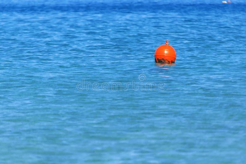 漂浮在蓝色海洋的右边象紧急标志 库存照片