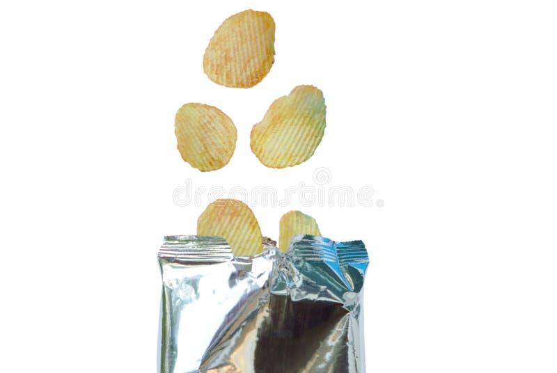 漂浮在铝芯的土豆片包装在白色背景 免版税库存图片
