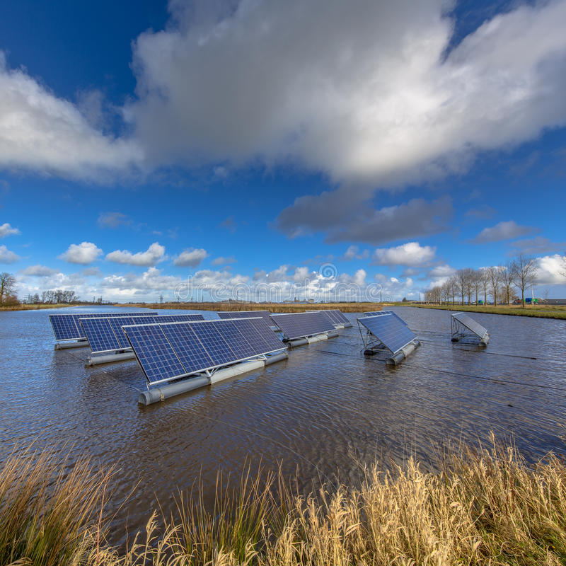漂浮在水的太阳电池板 免版税库存照片