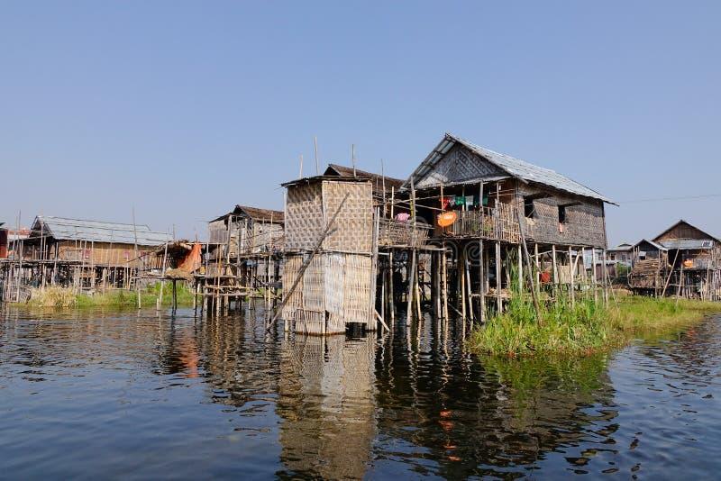 漂浮在Inlay湖,缅甸的老房子 免版税库存图片