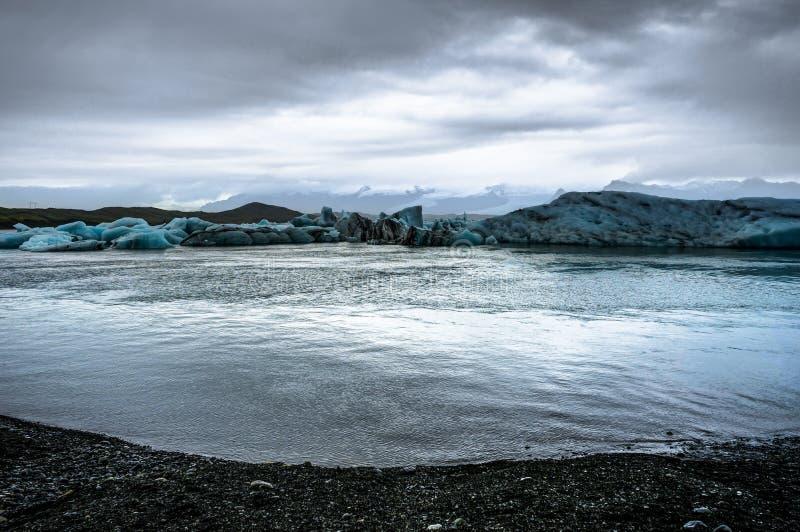 漂浮在Jokulsarlon冰川湖的冰山在日落在Icela 库存照片