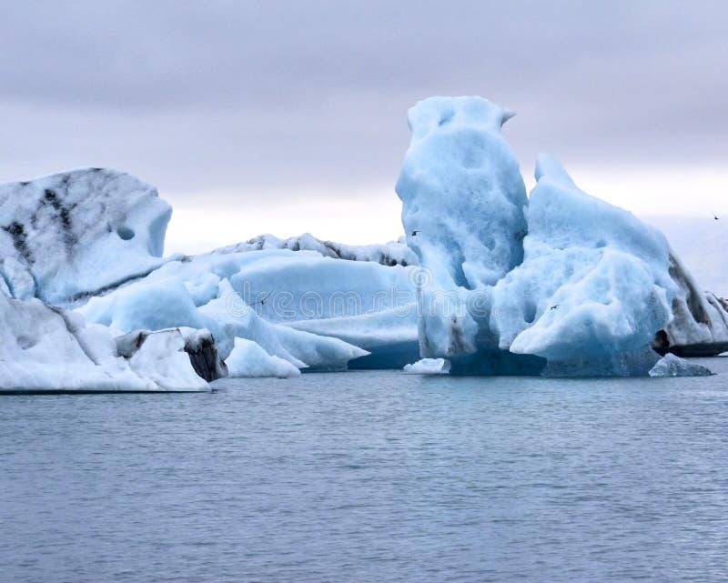 漂浮在Jokulsarlon,冰岛的冰山 免版税库存照片