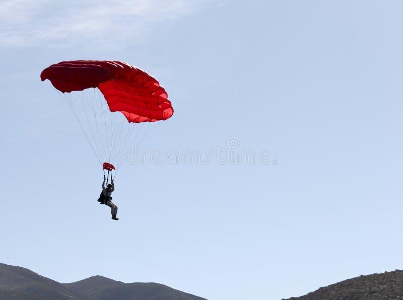漂浮对地面的跳伞者 库存图片