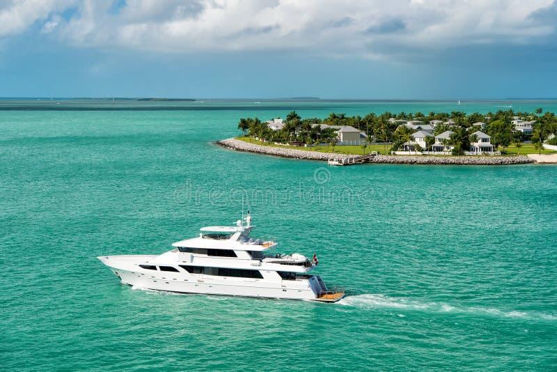 漂浮由绿色海岛的旅游游艇在基韦斯特岛,佛罗里达 免版税库存照片