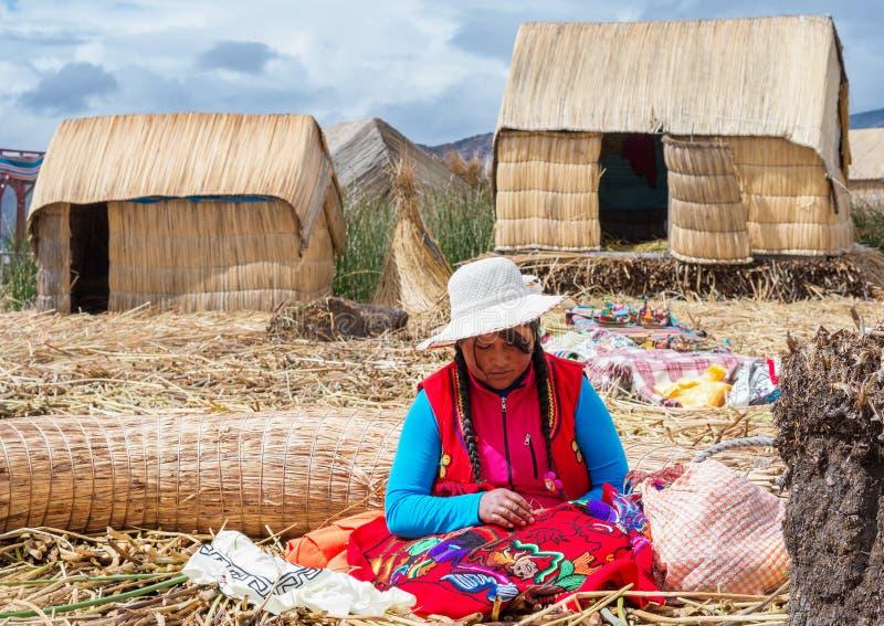 漂浮的Uros海岛人们的喀喀湖的在秘鲁 图库摄影