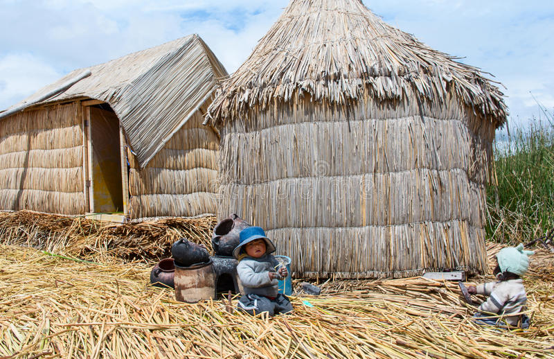 漂浮的Uros海岛人们的喀喀湖的在秘鲁 免版税库存照片