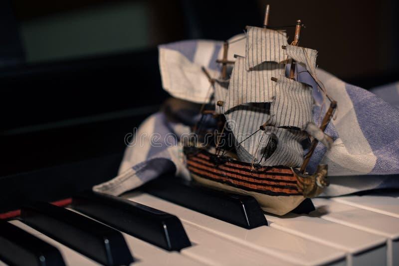 漂浮通过black&whi的中世纪Galeona的模型 库存图片
