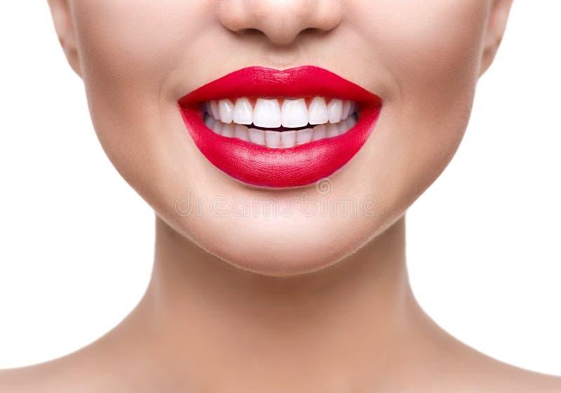 漂白的牙 健康白色微笑特写镜头 库存图片