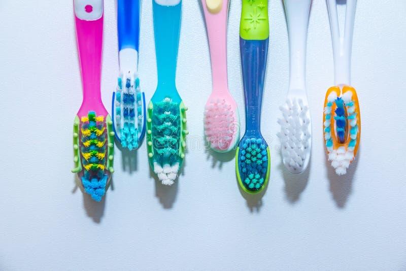 漂白 牙关心 牙健康概念 连续新的超软的牙刷,牙齿产业 .22弹药的各种各样的类型在白色背景的在强的光 库存图片