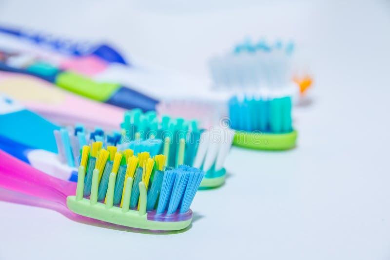 漂白 牙关心 牙健康概念 连续新的超软的牙刷,牙齿产业 .22弹药的各种各样的类型在白色背景的在强的光 免版税库存照片