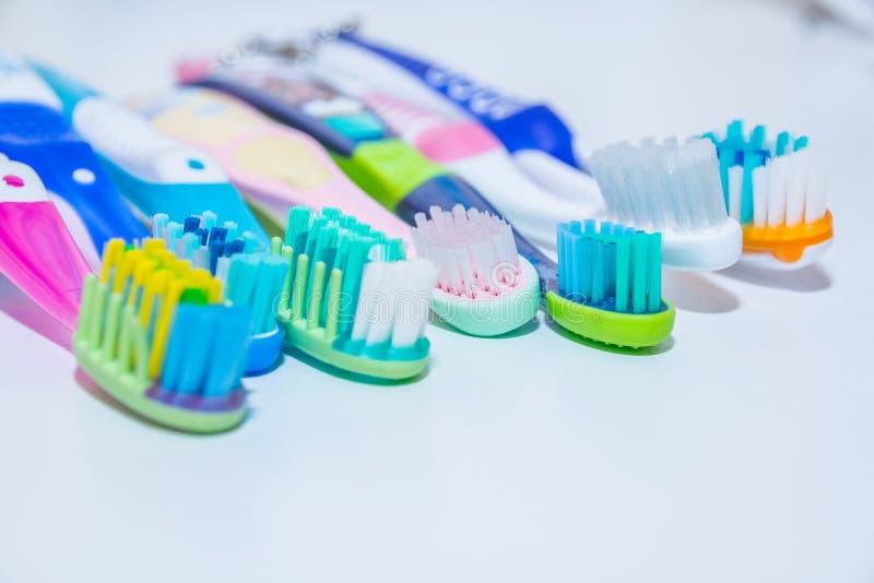 漂白 牙关心 牙健康概念 连续新的超软的牙刷,牙齿产业 .22弹药的各种各样的类型在白色背景的在强的光 图库摄影