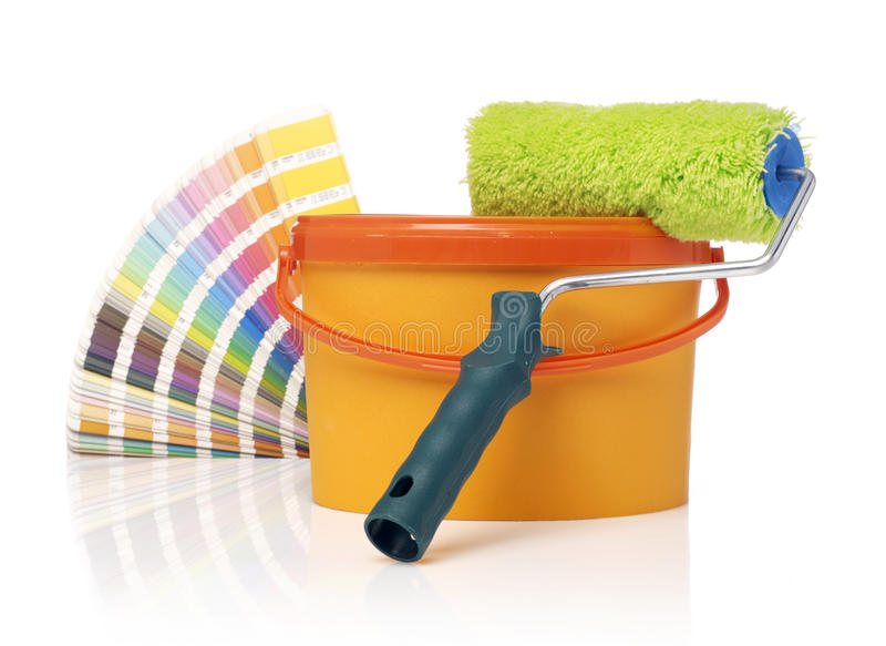 漆滚筒、油漆桶和颜色样片 免版税库存照片