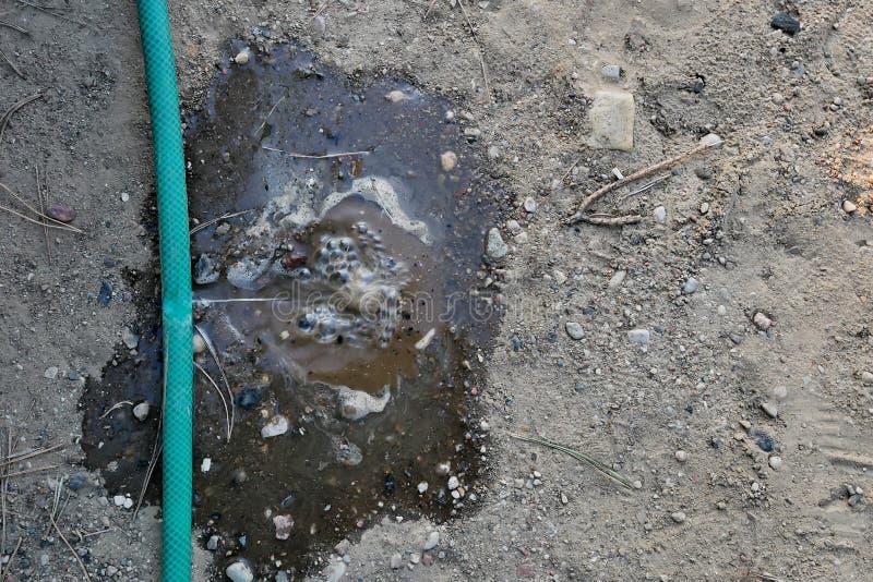 漏从在水管的孔的水 免版税库存照片