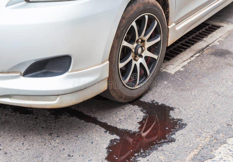 漏从汽车幅射器的水 免版税库存图片