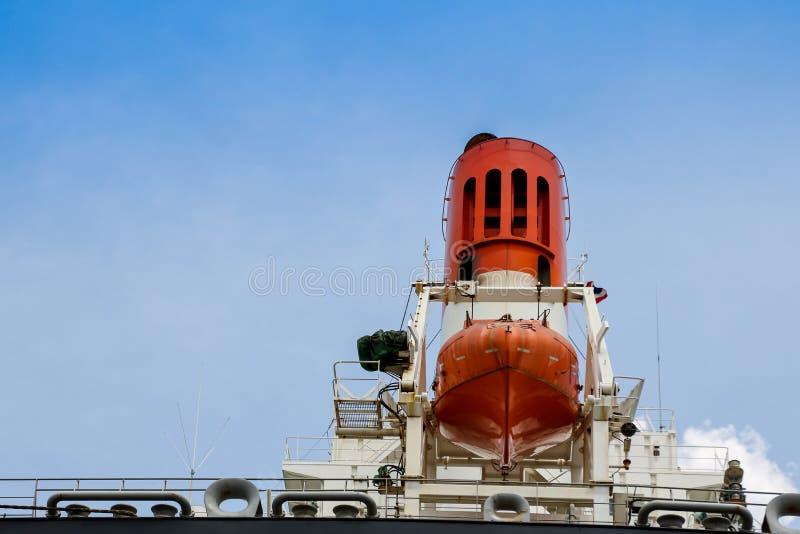 漏斗船和安全救生艇在托架在严厉的船 免版税库存图片