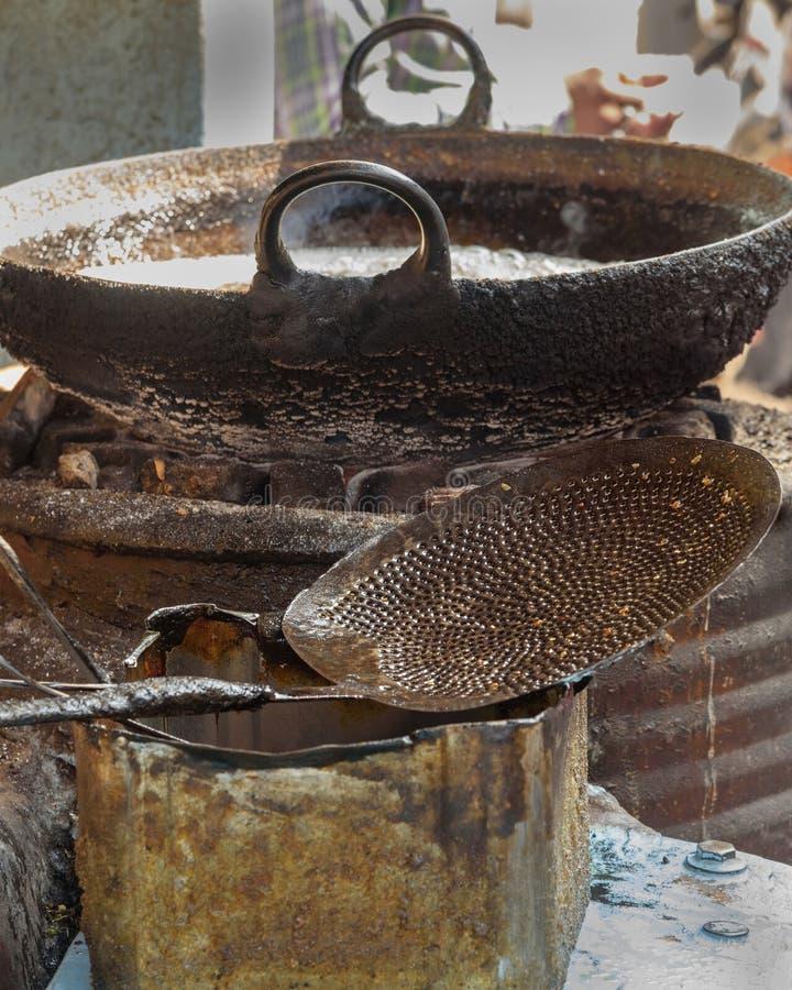 漏杓和炸锅烹调的在街道上在Sambhar湖村庄 ?? 免版税库存图片
