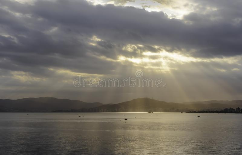 漏通过云彩的阳光 免版税图库摄影