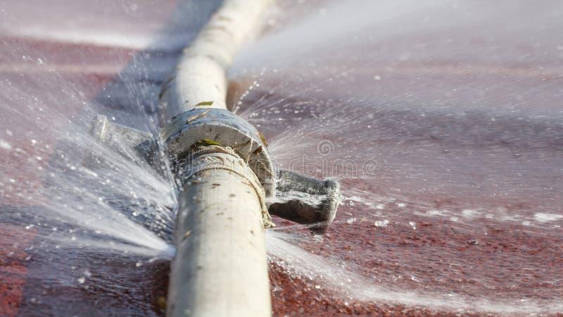 漏从在水管的孔的水 图库摄影