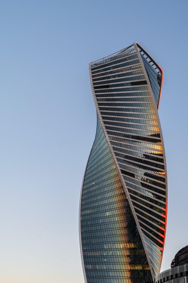 演变塔,莫斯科国际商业中心莫斯科城市 在摩天大楼的底视图日落的 免版税库存照片