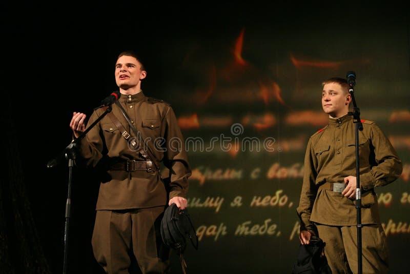 年轻演员读了退伍军人的诗人的诗 库存照片