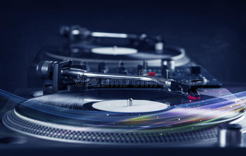 演奏与五颜六色的抽象线的音乐播放器乙烯基音乐 库存照片