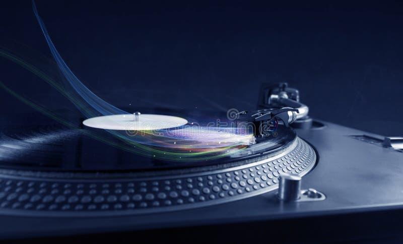 演奏与五颜六色的抽象线的音乐播放器乙烯基音乐 免版税库存照片